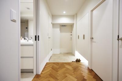 玄関スペース (ブリュッセルのアパートメントのように、家族が心地よく過ごせる空間に暮らしたい)