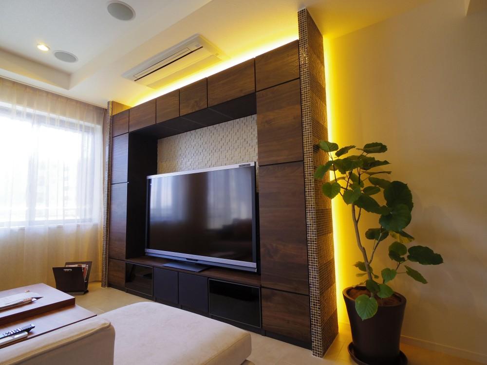 奥さまの家事動線と収納量にこだわった間接照明のあるリノベーション (奥さまとご主人のこだわりいっぱいリビングキャビネット)