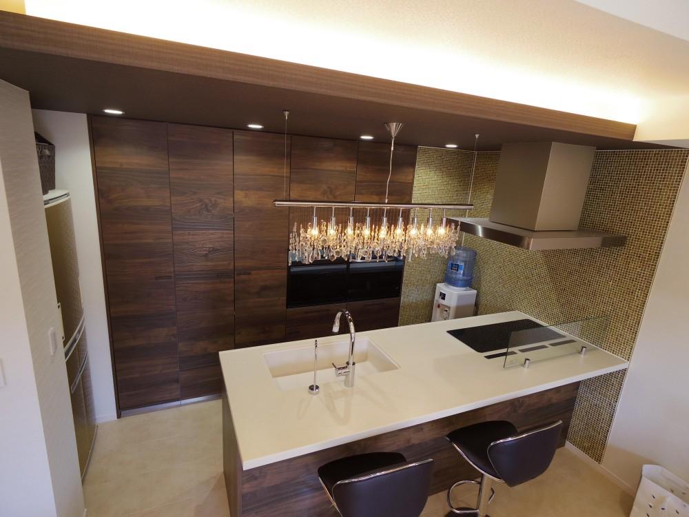 奥さまの家事動線と収納量にこだわった間接照明のあるリノベーション (奥様のこだわりキッチン)