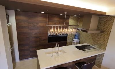 奥様のこだわりキッチン|奥さまの家事動線と収納量にこだわった間接照明のあるリノベーション