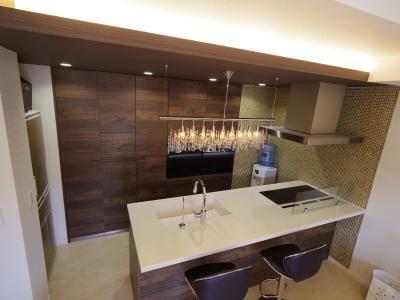奥様のこだわりキッチン (奥さまの家事動線と収納量にこだわった間接照明のあるリノベーション)