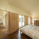 旭-Iの写真 収納棚のある開放的な寝室