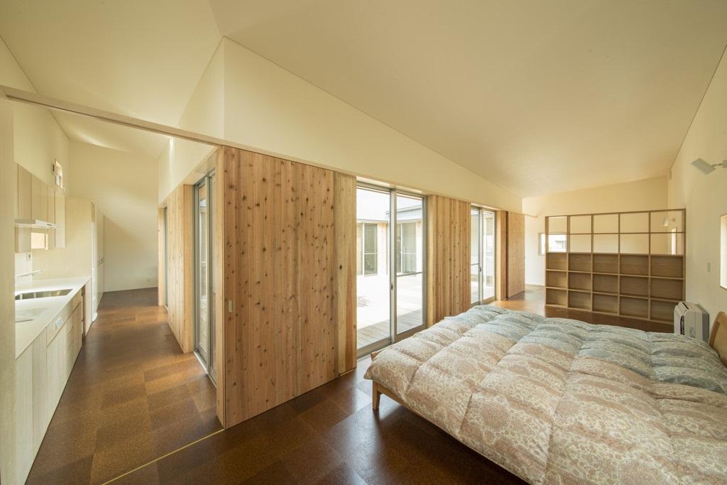 旭-Iの部屋 収納棚のある開放的な寝室