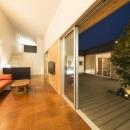 旭-Iの写真 窓を開けて中庭と一体感のあるリビング