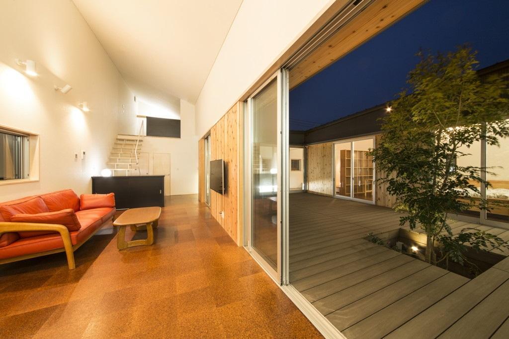 旭-Iの部屋 窓を開けて中庭と一体感のあるリビング
