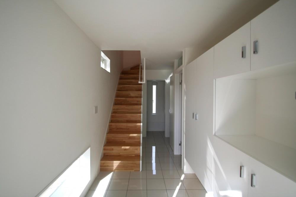 柿の木坂-T (階段・玄関収納を眺める)
