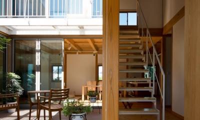 鉄骨直線階段|中庭のある国産杉の香りがする展示場