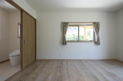 玄関ホールから直接寝室へ入れ、トイレも完備 (将来安心な木を魅せた平屋住宅)