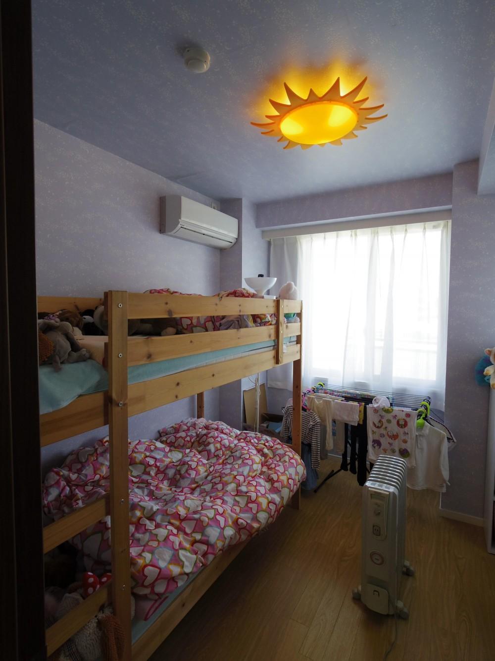 奥さまの家事動線と収納量にこだわった間接照明のあるリノベーション (娘さんたちのかわいいお部屋)