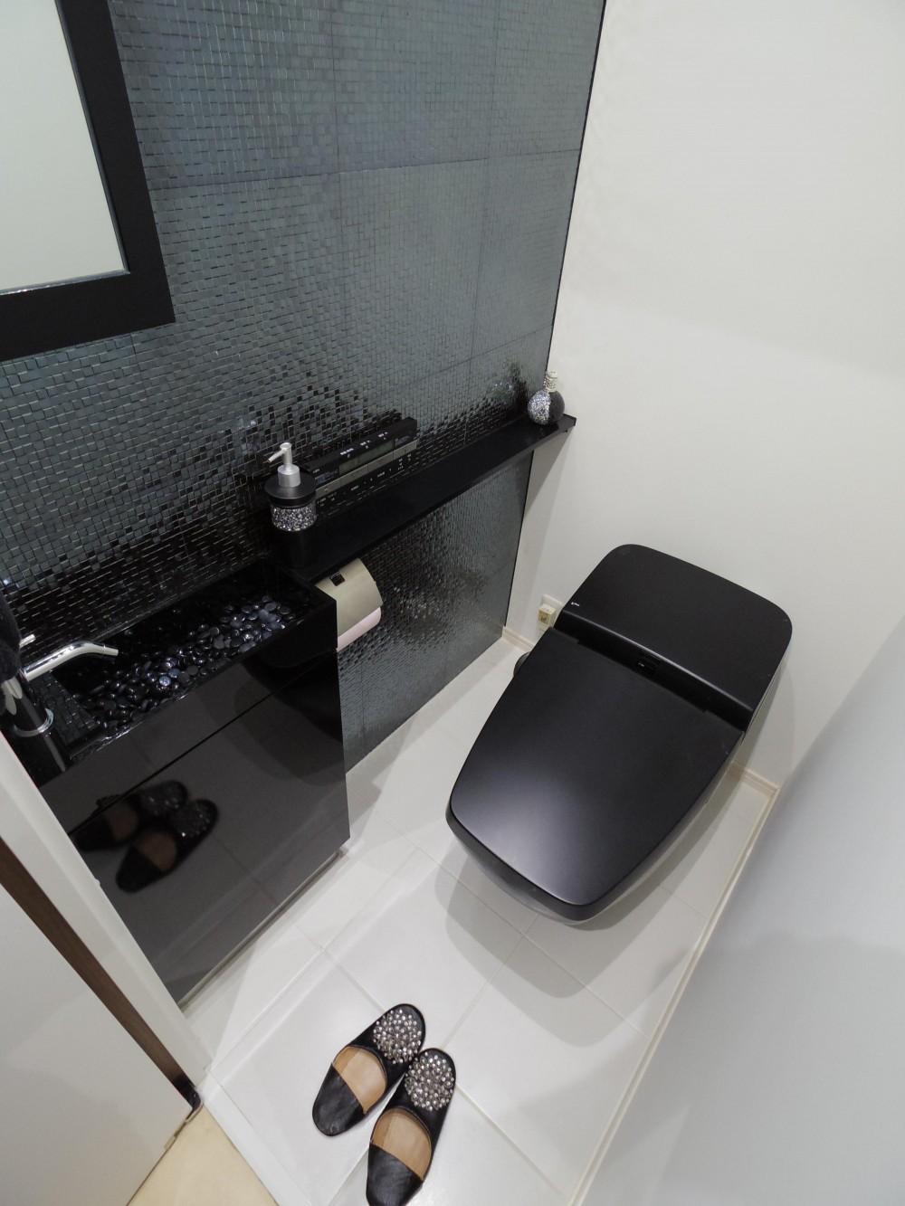 奥さまの家事動線と収納量にこだわった間接照明のあるリノベーション (スッキリ シンプル モダンな大人のこだわりトイレ)