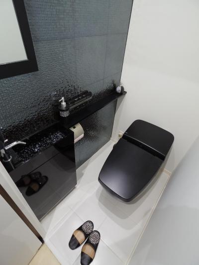 スッキリ シンプル モダンな大人のこだわりトイレ (奥さまの家事動線と収納量にこだわった間接照明のあるリノベーション)