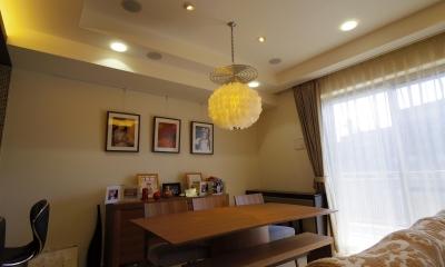 奥さまの家事動線と収納量にこだわった間接照明のあるリノベーション (間接照明とピクチャーレールのあるダイニングスペース)