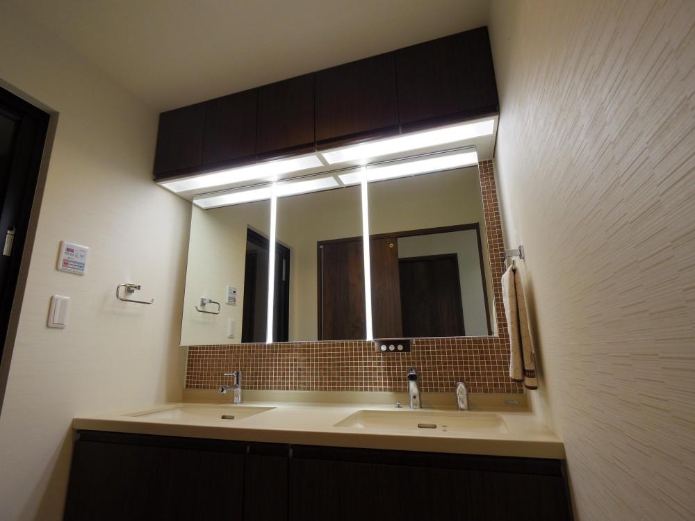 奥さまの家事動線と収納量にこだわった間接照明のあるリノベーション (タイル貼りのある洗面スペース)