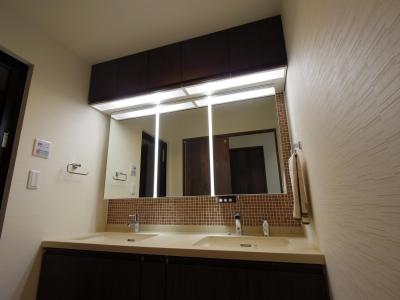 タイル貼りのある洗面スペース (奥さまの家事動線と収納量にこだわった間接照明のあるリノベーション)