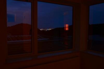 寝室 (夜景の見える家)