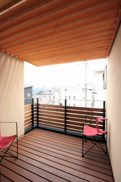 2階、子世帯のデッキテラス (田端の家(お茶室と防音室のある2世帯住宅))