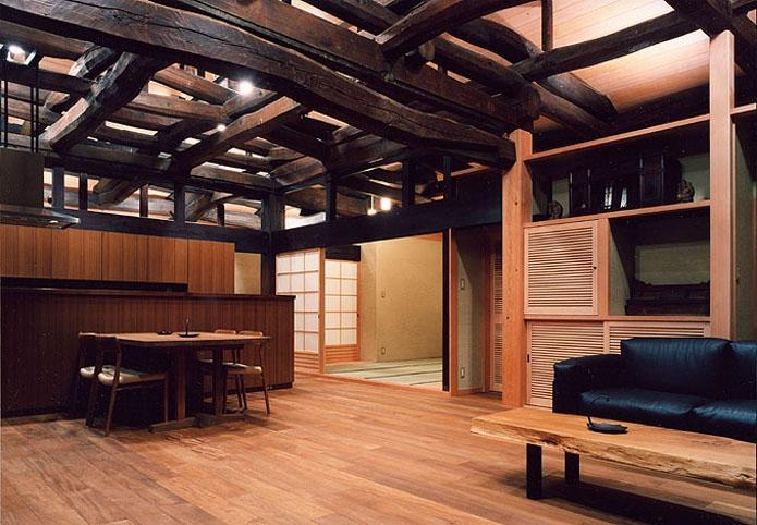 小木津の民家再生の部屋 ダイニングキッチンを見る