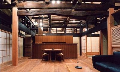 茨城の民家再生 (リビングからキッチンを見る)