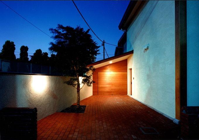 伽留羅ー世田谷の事務所併用住宅の写真 レンガのアプローチ