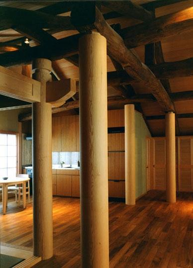岡谷の民家再生の部屋 無塗装の新柱