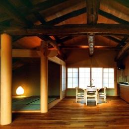 岡谷の民家再生 (居間から座敷と食堂を見る)