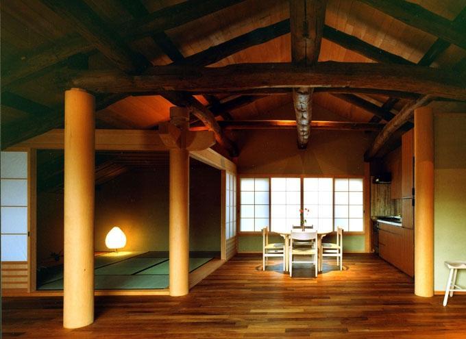 岡谷の民家再生の部屋 居間から座敷と食堂を見る