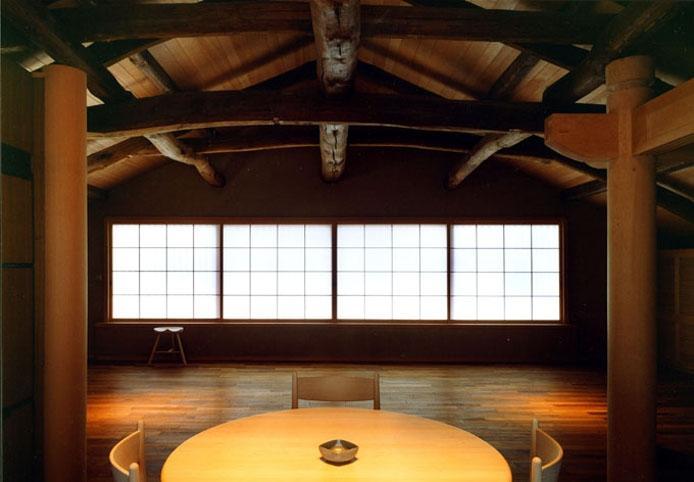 岡谷の民家再生の部屋 食堂から居間を見る