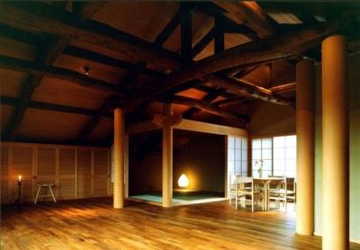 岡谷の民家再生 (居間から座敷を見る)