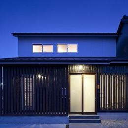 吉之丸の家 (切妻屋根の外観(夜景))