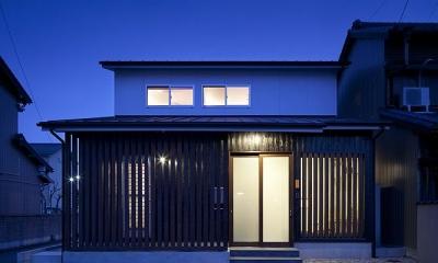 切妻屋根の外観(夜景)|吉之丸の家