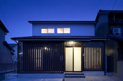 切妻屋根の外観(夜景) (吉之丸の家)