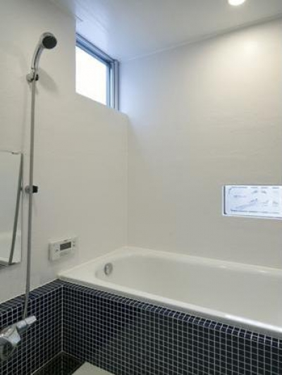 白いバスルーム (吉之丸の家)