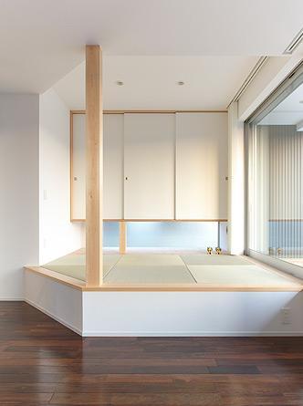 大開口の家の部屋 琉球畳を敷いた小上がりの畳スペース