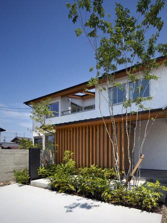ガレージのある家の部屋 格子と植栽のある外観