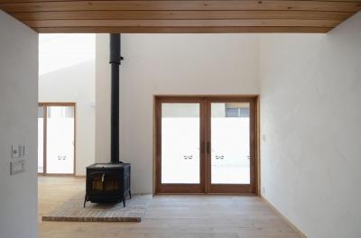 薪ストーブのあるリビング (北烏山の家(庫裏、外断熱の2世帯住宅))