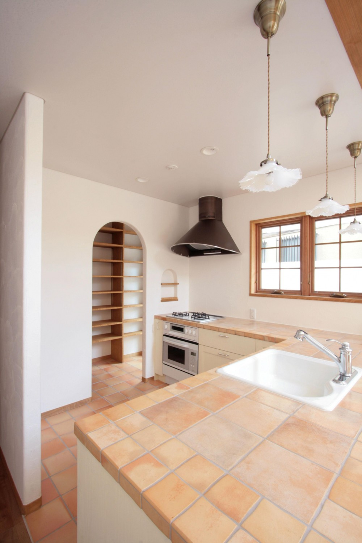 北烏山の家(庫裏、外断熱の2世帯住宅) (タイル貼のキッチン)