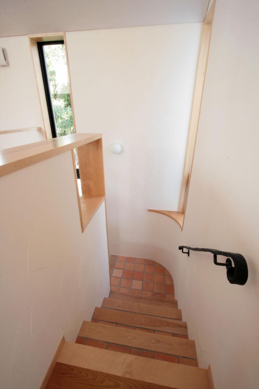 北烏山の家(庫裏、外断熱の2世帯住宅) (タイルと無垢板貼の階段)