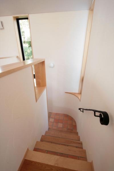 タイルと無垢板貼の階段 (北烏山の家(庫裏、外断熱の2世帯住宅))