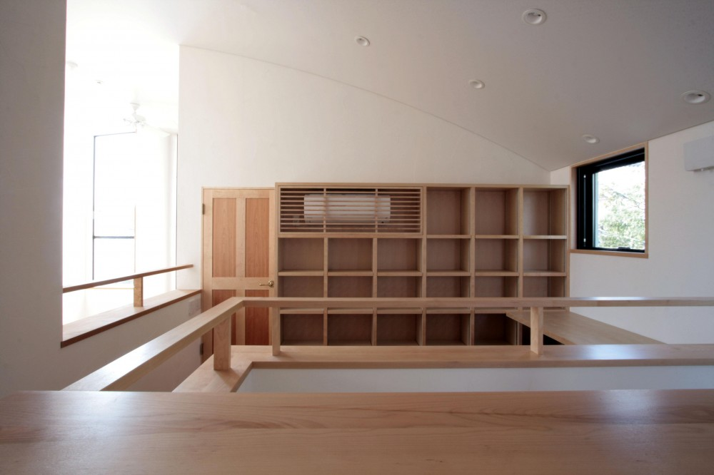 北烏山の家(庫裏、外断熱の2世帯住宅) (階段上部の書斎(デスクコーナー))