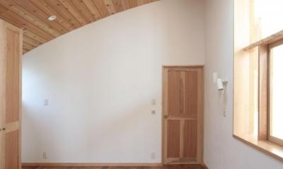 北烏山の家(庫裏、外断熱の2世帯住宅) (木製曲面天井の主寝室)