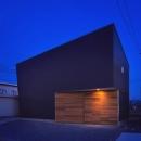 ビルトインガレージの黒い外観(夜景)