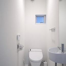 トンガリ壁の家 (白を基調としたトイレ)