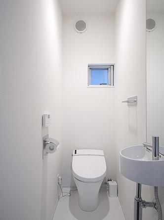 トンガリ壁の家の部屋 白を基調としたトイレ