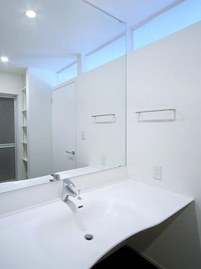 白を基調とした洗面エリア (トンガリ壁の家)