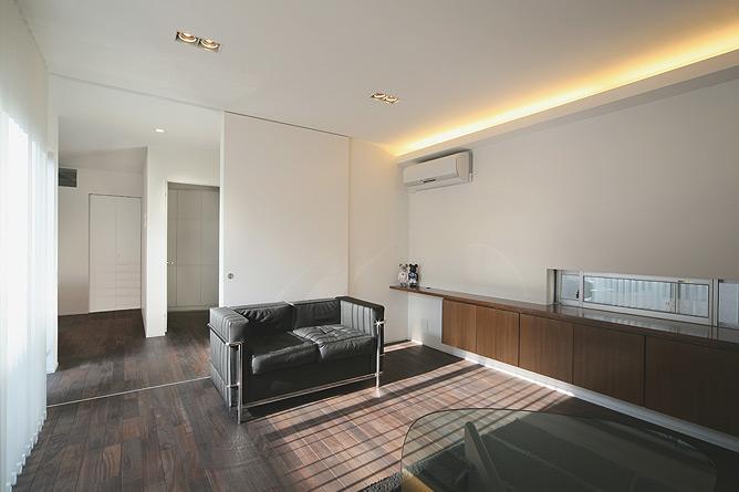 トンガリ壁の家の部屋 コーブ照明のあるリビング