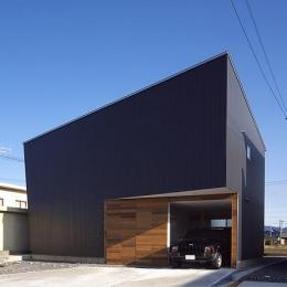 ビルトインガレージの黒い外観 (トンガリ壁の家)