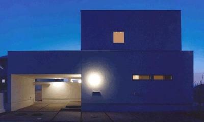 朝日の家Ⅰ (ビルトインガレージの白い外観(夜景))