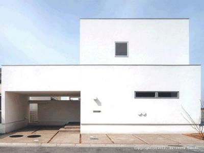 朝日の家Ⅰ (ビルトインガレージの白い外観)