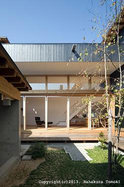 内原の家の部屋 中庭からLDKと建物外観を望む