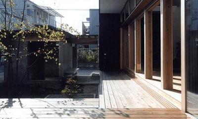 内原の家 (中庭が望めるウッドデッキ)